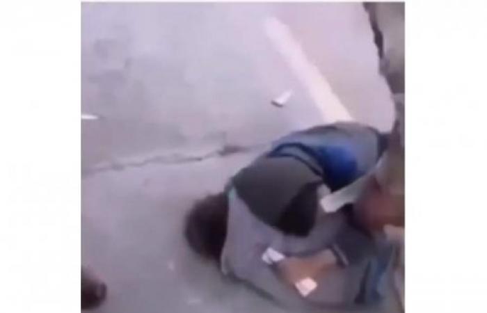 فيديو يهز دولة عربية.. طفل يموت من البرد في الشارع بين أحضان أخيه (فيديو)