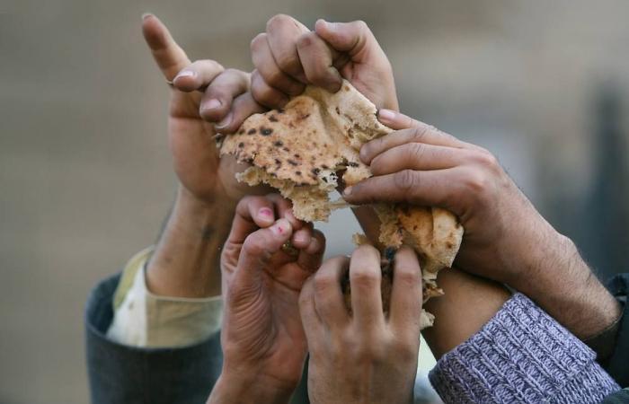في لبنان… فقراء يأكلون الخبز ناشفاً مع الشاي وبدون سكّر!