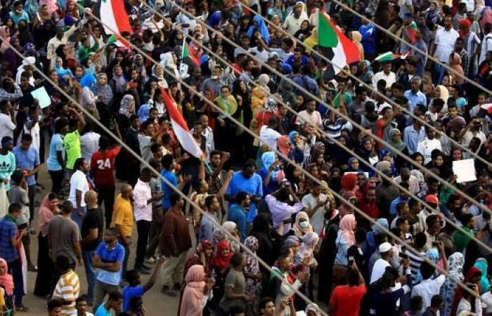تجدد التظاهرات في القطارف.. ووقوع إصابات بقنابل غاز
