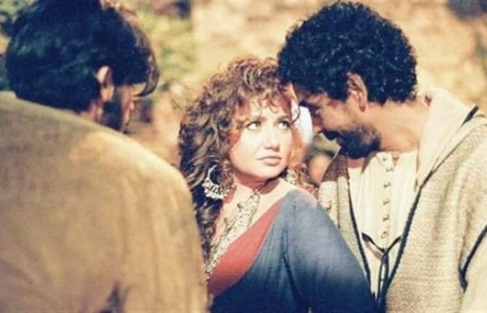 """بعد مرور 23 عاما.. ليلى علوي ترقص على أنغام """"علي صوتك"""" برفقة محمد منير"""