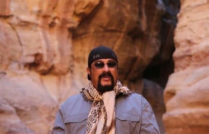 ستيفن سيجال يتجول في البتراء بالأردن: مكان لم أر مثله في حياتي