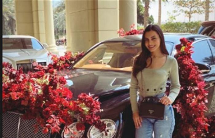 صورة- كارمن سليمان أمام السيارة التي سببت أزمة لـ درة في الفالنتين