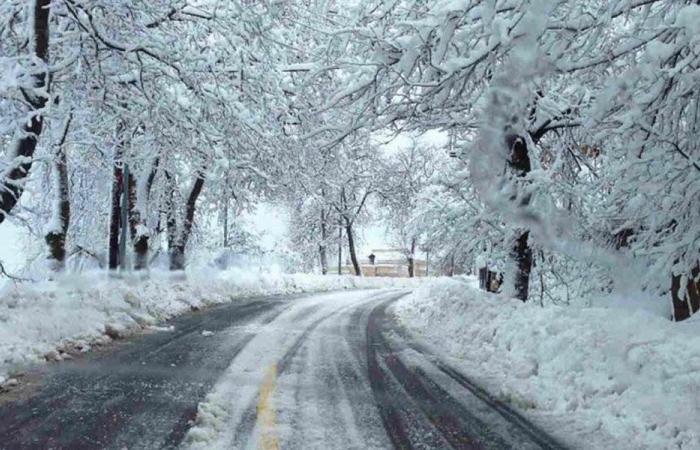 العاصفة تشتد ليلاً… والثلوج تلامس الـ400 متر!