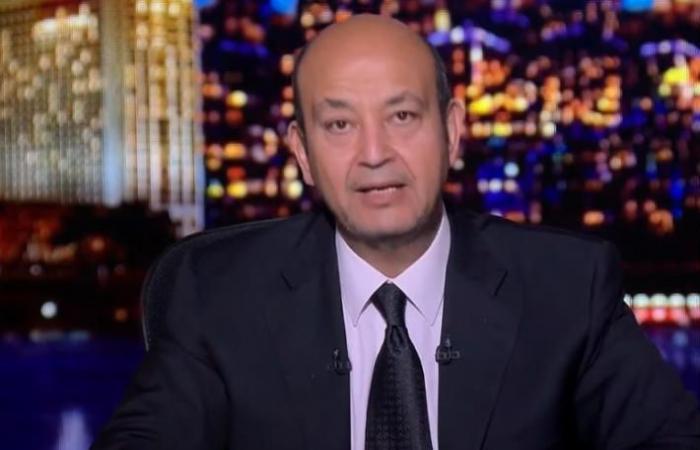 أول فيديو من موقع حادث عمرو أديب.. شهود عيان أمام السيارة المهشمة