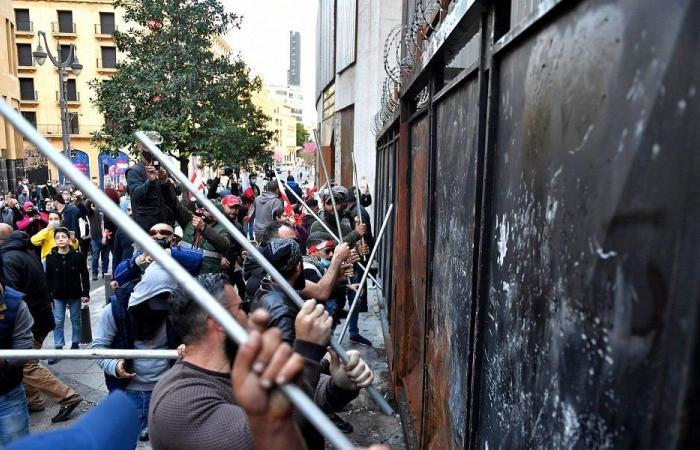 قطع طرقات واحتجاجات… اللبنانيون إلى الشارع مجددًا