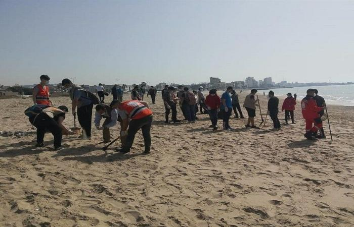 استمرار عمليّة تنظيف شاطىء صيدا من كتل القطران الأسود