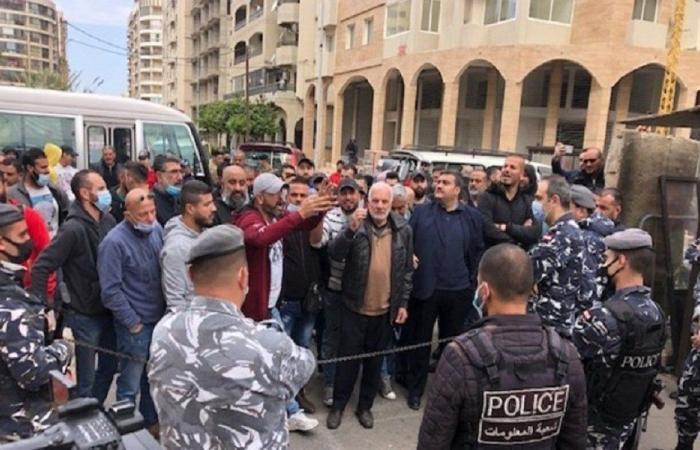 اعتصام لاصحاب وسائقي الباصات امام قصر العدل في طرابلس