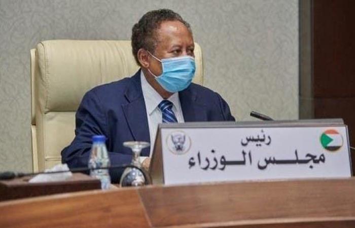 رئيس الوزراء السوداني يتسلم أول بطاقة فيزا مصرفية بالبلاد