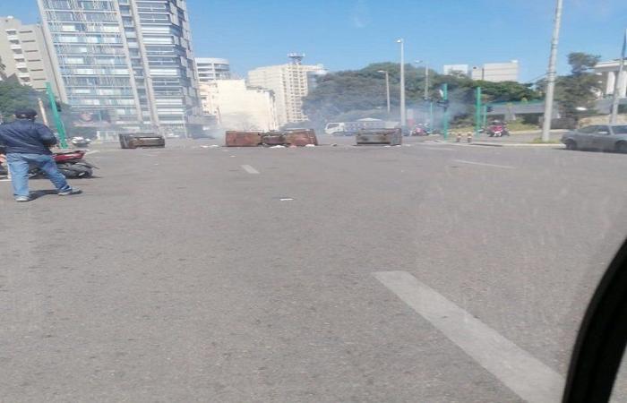 بالفيديو- محتجون يقطعون طريق الجناح