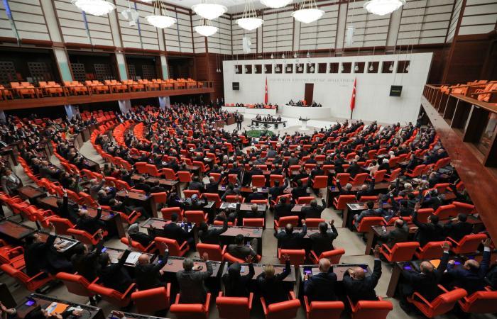 دون تصويت.. البرلمان التركي يجرّد نائباً معروفاً من حصانته النيابية