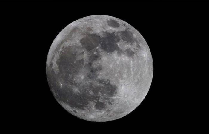 الأميركيون والروس يكشفون عن كبسولة مأهولة تهبط على القمر