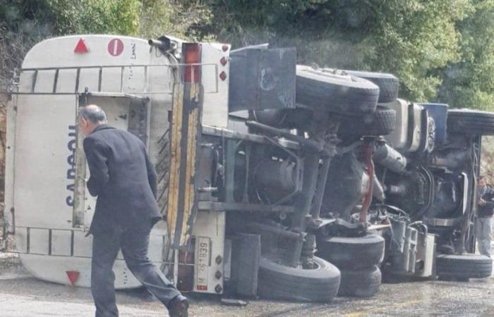 انقلاب صهريج مازوت وقطع طريق في الشوف