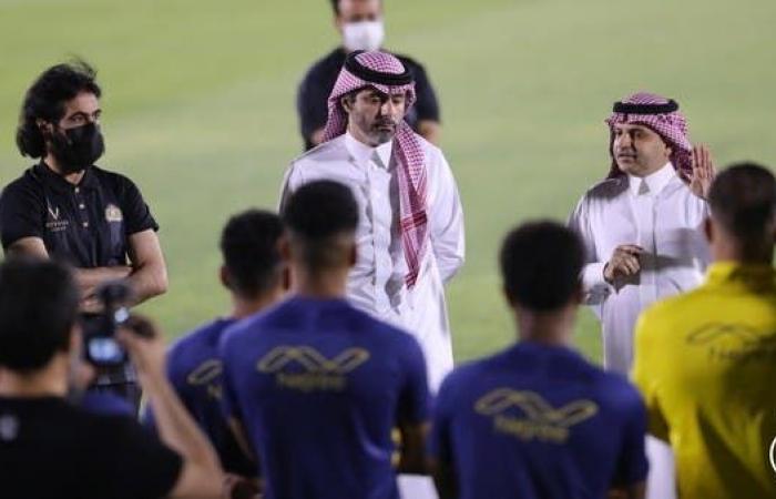 مسلي آل معمر يلتقي لاعبي النصر
