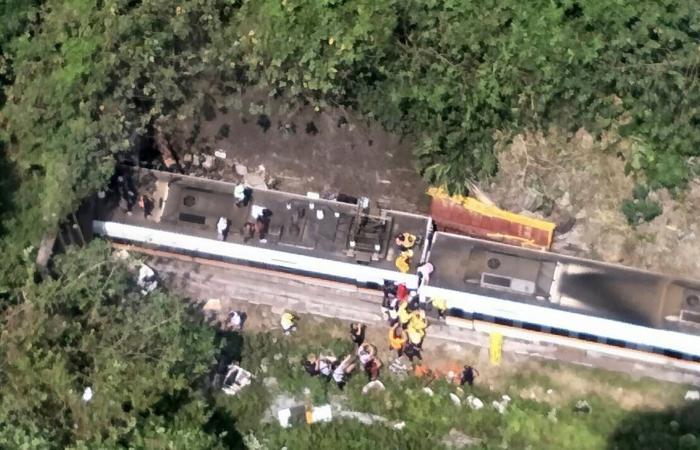شاهد.. حادث قطار مرعب في تايوان يخلف قتلى وجرحى
