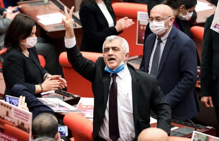 """""""حافي القدمين"""".. تركيا تعتقل نائبا من منزله وابنه يعلق"""