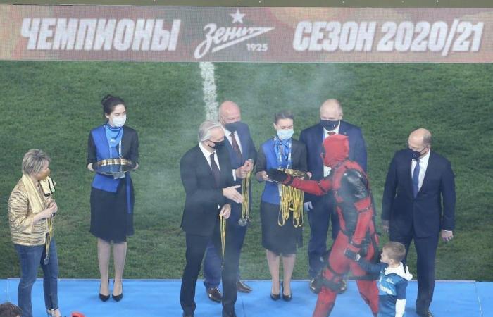 لماذا ظهر مهاجم زينيت الروسي بهذا الزي ليلة التتويج؟