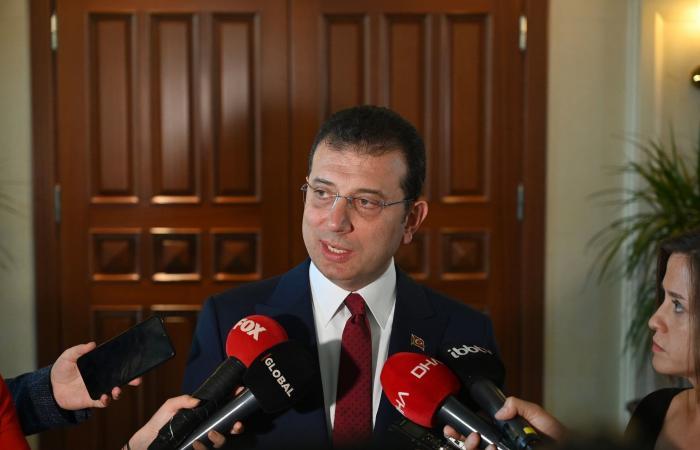 عمدة إسطنبول عن التحقيق بسبب طريقة وقفته: مضحك وسخيف