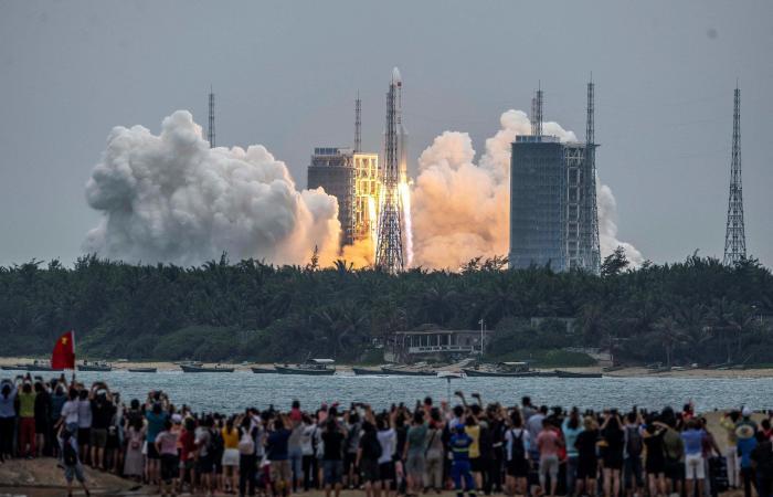 بوزن 21 طناً.. صاروخ صيني شارد يثير الرعب