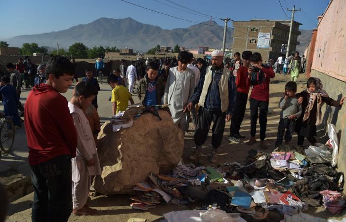 هجوم المدرسة.. أفغانستان تدفن صغارها وغني يتهم طالبان