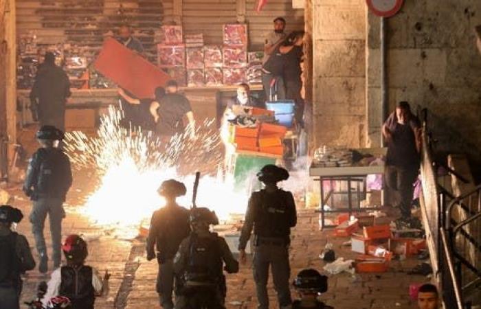 صدامات جديدة في القدس بين الفلسطينين وإسرائيل.. أكثر من 90 جريحا
