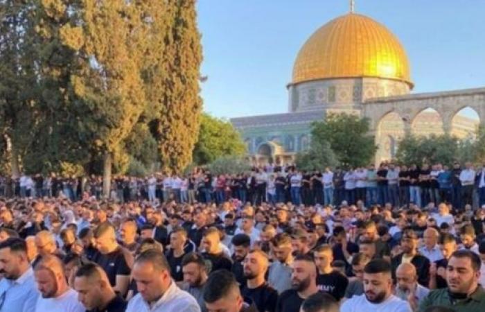 أكثر من 100 ألف فلسطيني يؤدون صلاة العيد بالأقصى (صور)