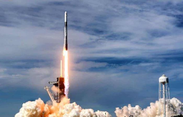 شركة SpaceX أطلقت 52 قمرًا صناعيًا من ستارلينك للإنترنت