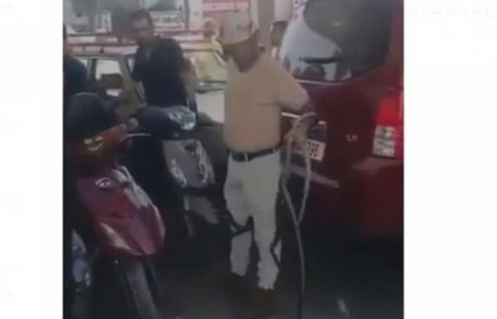 لبناني يصطحب معه ثعابين لإجبار صاحب المحطة لتعبئة البنزين (فيديو)