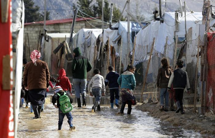 """لبنان يئن تحت أزماته.. وعون """"لا يمكن بقاء لاجئي سوريا"""""""