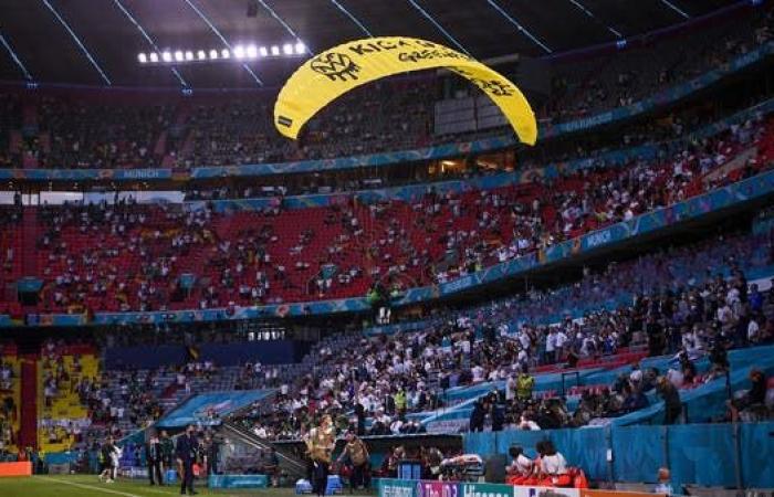 """الكشف عن هوية """"محتج"""" اقتحم مباراة فرنسا وألمانيا بمظلة"""