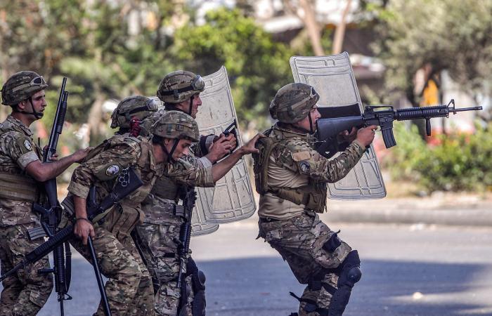أزمة لبنان تهدد استقرار جيشه.. ومخاوف من قبضة حزب الله