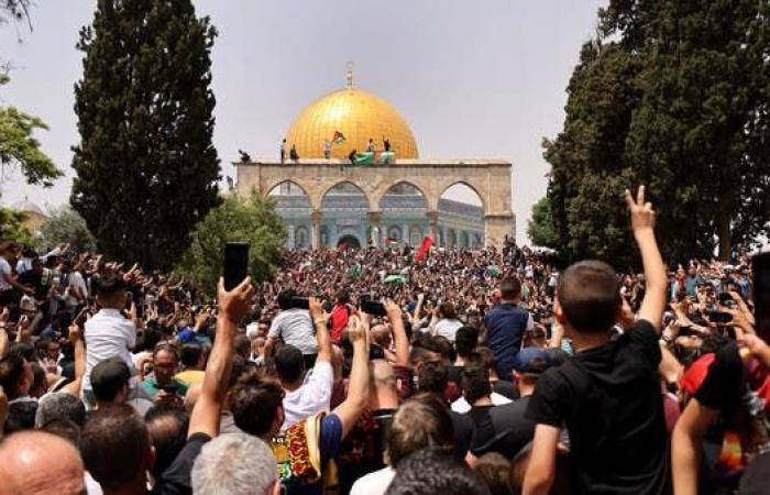 اشتباكات بين قوات إسرائيلية وفلسطينيين في باحات المسجد الأقصى