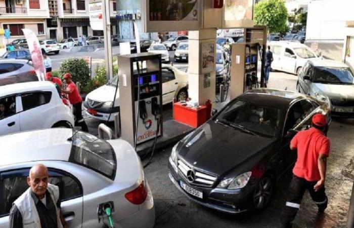 """محطات الوقود في لبنان… طوابير طويلة و""""فرص عمل"""" غير معتادة"""