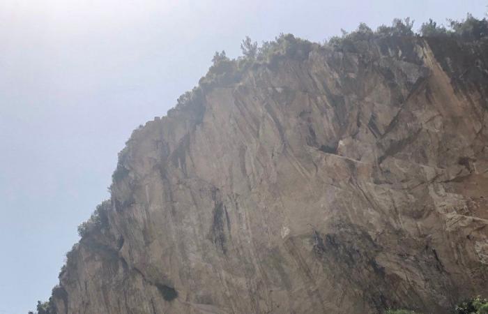 بالفيديو… شخص يعلق بين صخور المتن السريع!