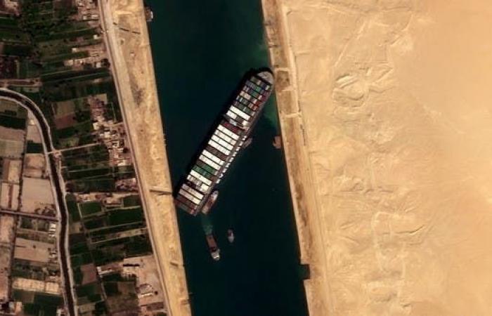 اتفاق مبدئي بين مالكي إيفر غيفن وقناة السويس قد يفرج عن السفينة