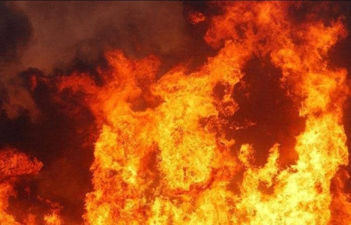 بالصورة- إخماد حريق داخل مزرعة لتربية المواشي