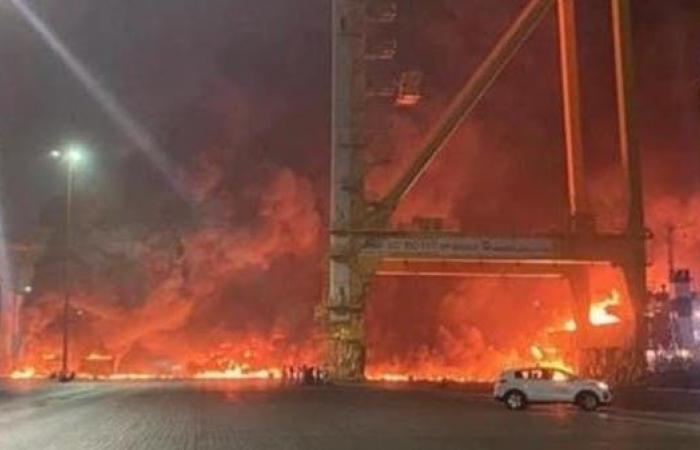 السيطرة على حريق إثر انفجار على متن سفينة في دبي.. ولا إصابات