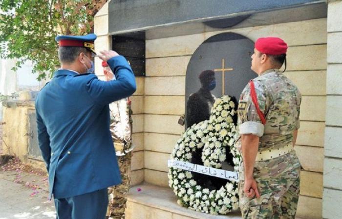 وضع أكاليل على أضرحة قادة الجيش السابقين المتوفين
