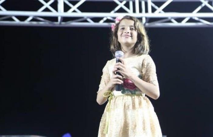تغني لنازحين بلا مأوى وأيتام بلا حضن.. صوت يمني قادم من تحت ركام الحرب