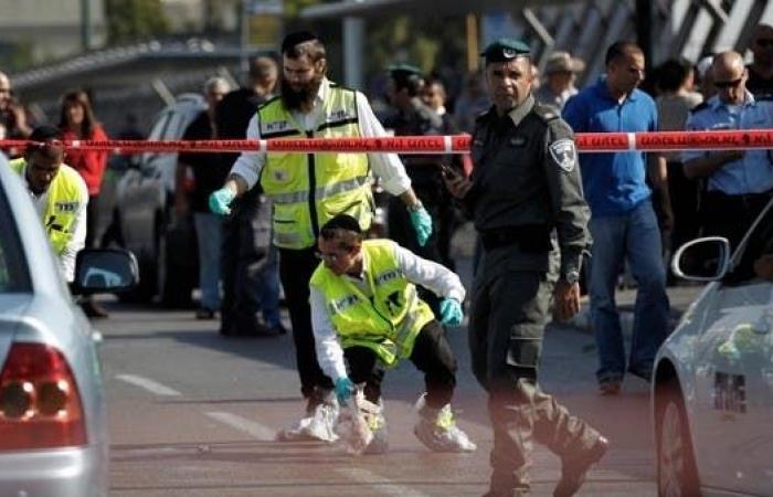 طعن إسرائيلييْن في محطة حافلات بالقدس.. وإصابة المهاجم