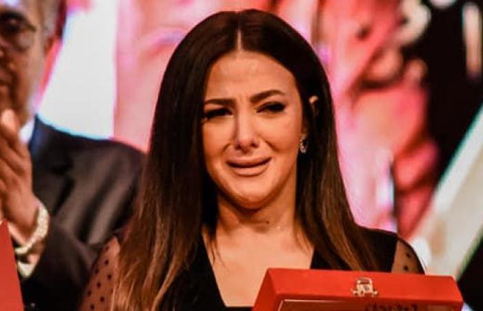 شاهد.. دنيا سمير غانم تنهار باكية خلال تسلم تكريم والديها