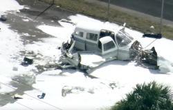 بالفيديو: لحظة تحطم طائرة في موقف سيارات!
