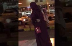في السعودية.. ضربها بحذائه لكشفها وجهها فاعتقلته الشرطة (بالفيديو)